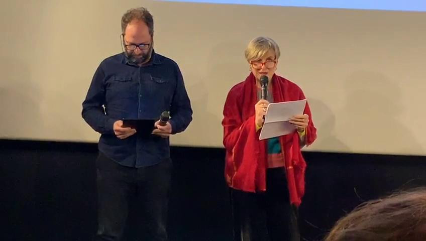 Lectura del poema de Oteiza, «Se acuestan sobre la tierra», durante la presentación del libro «La Luz de un sueño: el cine de Helena Taberna»